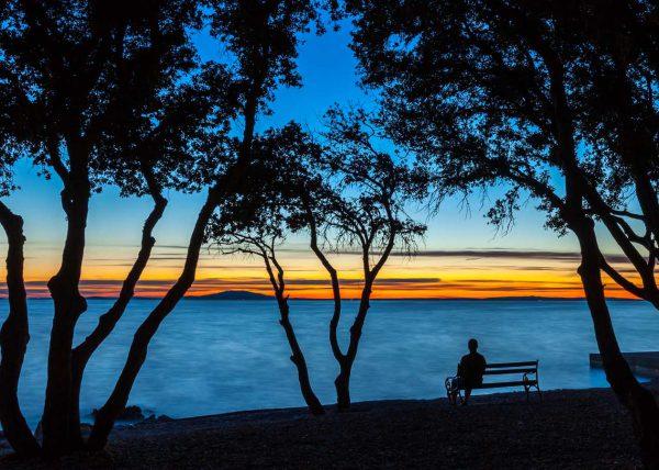 Fotografia zachodzącego słońca nad jeziorem
