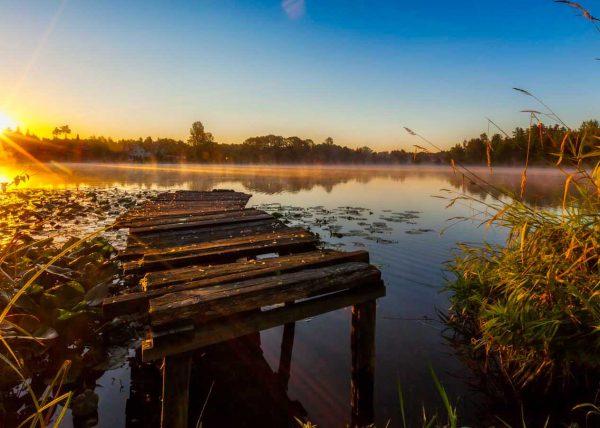 Fotografia jeziora ze starym pomostem