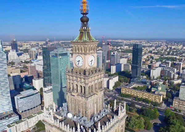 Fotografia pałacu kultury zrobiona z drona
