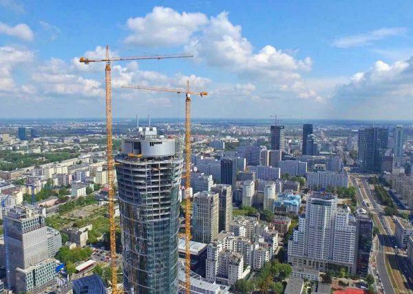 Zdjęcie budowy wieżowca z lotu ptaka