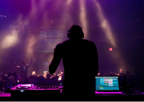 Zdjęcie DJ z imprezy muzycznej