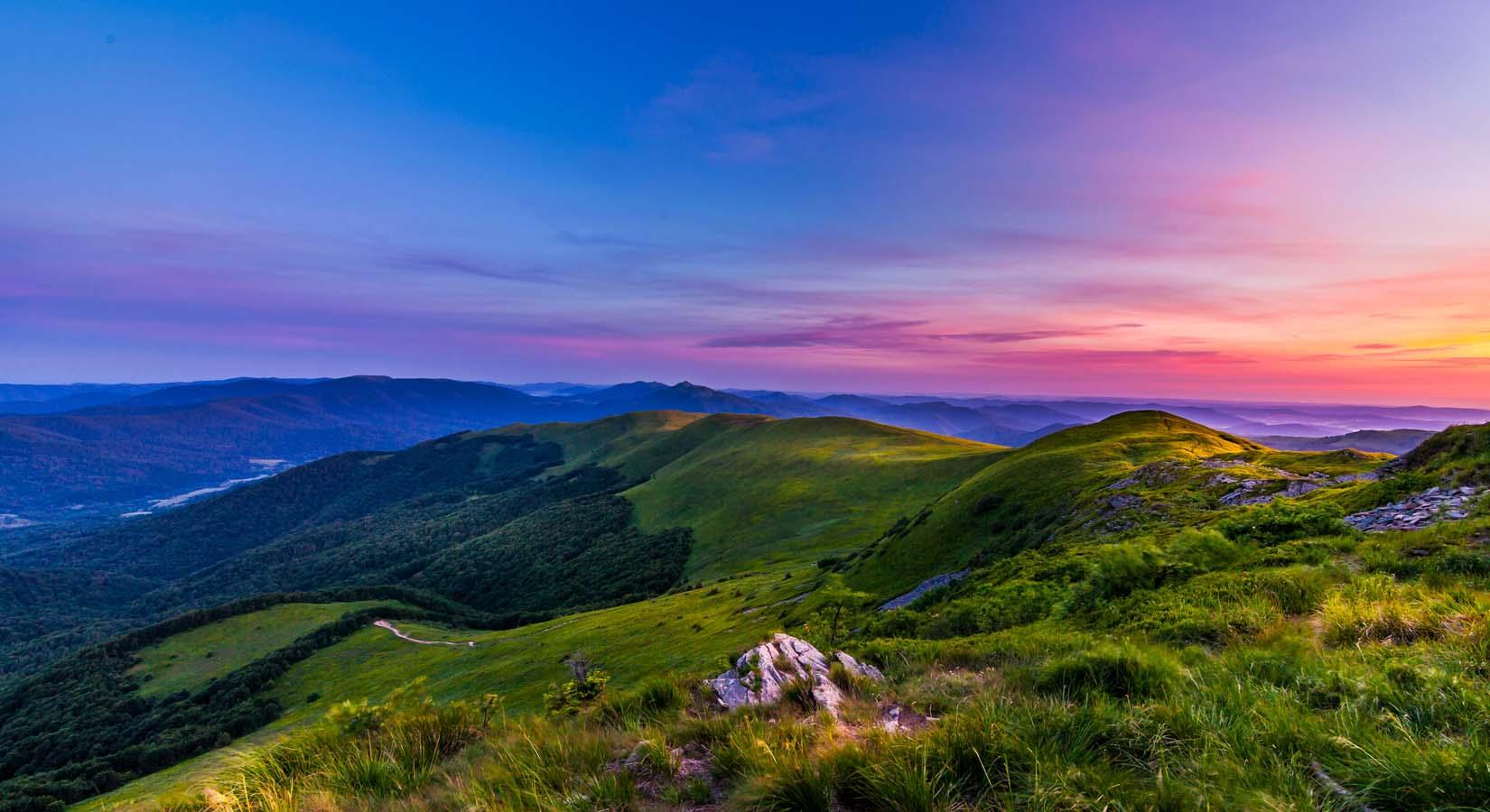 Fotografia barwnych gór przy zachodzie słońca