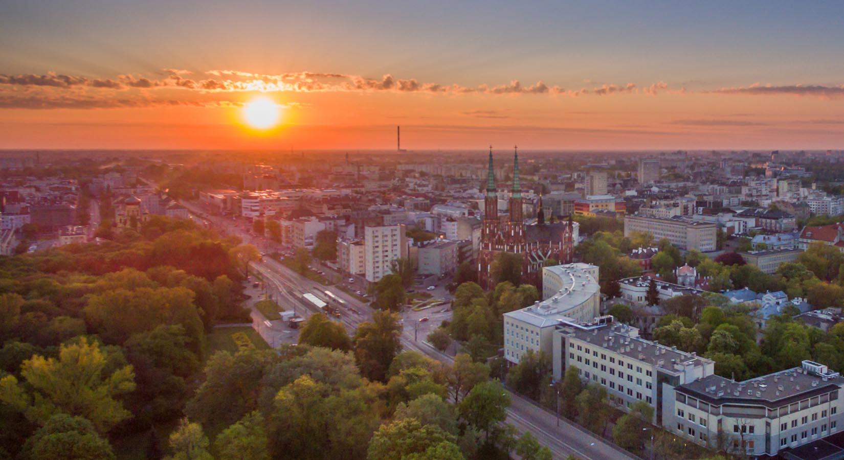 Zachodzące słońce nad miastem - zdjęcie z drona