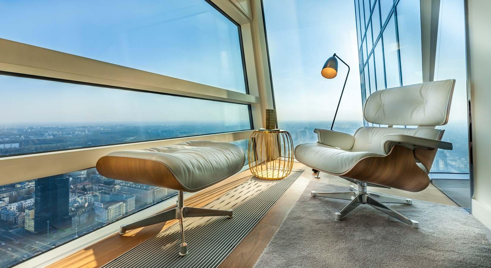 Fotografia Fotela w mieszkaniu na wysokim pietrze
